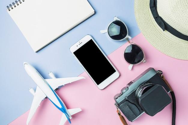 Conjunto de accesorios preparados para viajar.