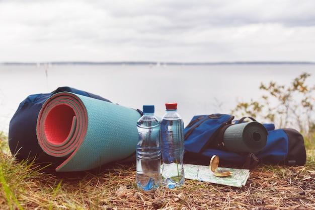 Un conjunto de accesorios turísticos necesarios para el turismo en la naturaleza.