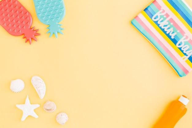Conjunto de accesorios de vacaciones de playa de verano sobre fondo amarillo