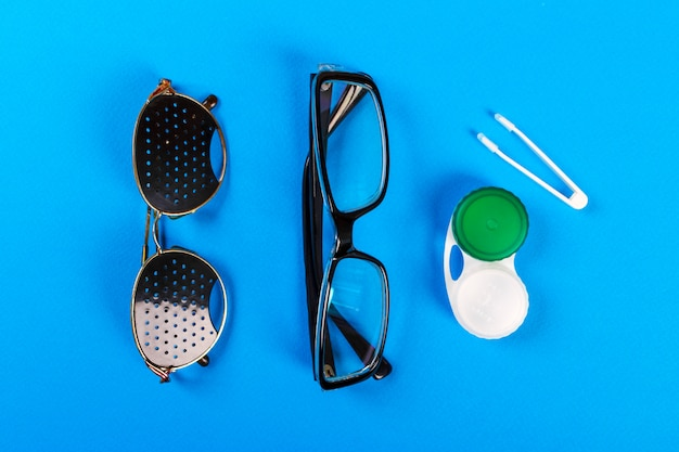 Un conjunto de accesorios para la vista.