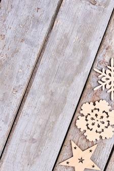 Conjunto de adornos navideños de madera, vista superior.