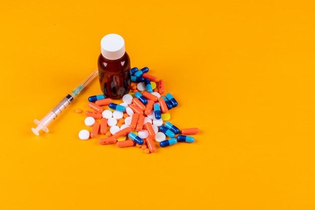 Conjunto de aguja, botella y pastillas.