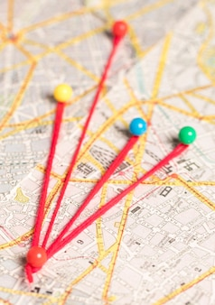 Conjunto de alfileres de papelería y hilo y mapa de ruta