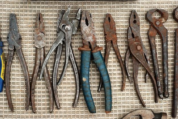 Un conjunto de alicates viejos y oxidados para trabajar en el suelo