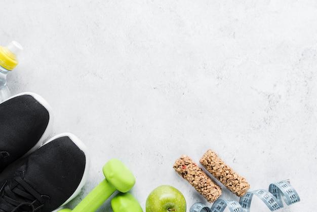 Conjunto de alimentos nutritivos y artículos deportivos.