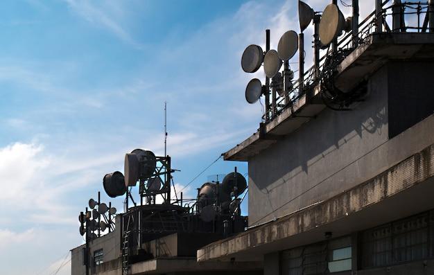 Conjunto de antenas de comunicación en la azotea de un edificio.