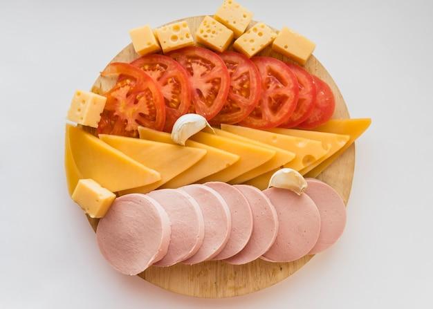 Conjunto de aperitivos en tablero de madera