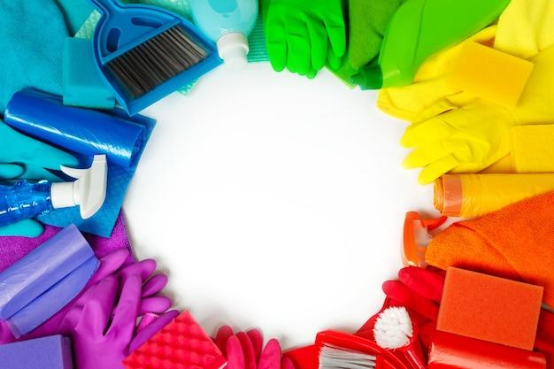Conjunto de arco iris para limpieza de primavera brillante en la casa.