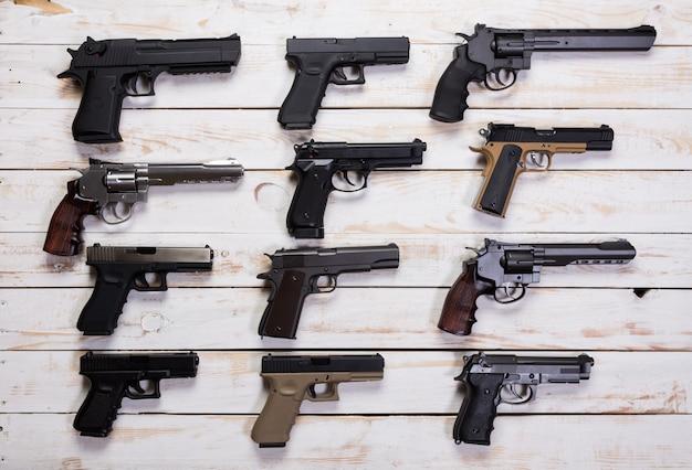 Conjunto de armas de fuego. pistolas