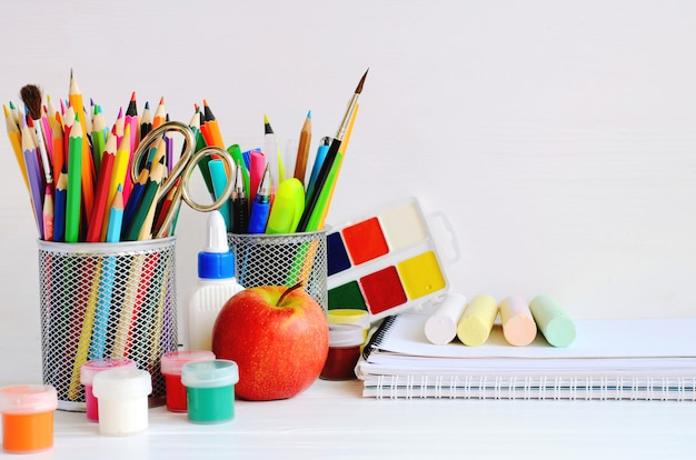 Conjunto de artículos de papelería escolar para escritura creativa y dibujo.