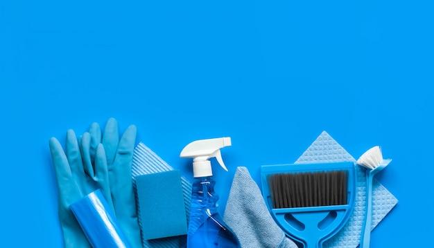 Conjunto azul para la limpieza de primavera en la casa.