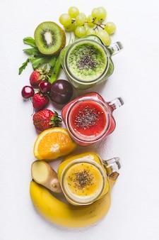 Conjunto de batidos de frutas y bayas sobre un fondo blanco