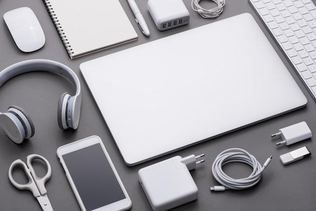 Conjunto de blanco y negro de material de oficina y gadgets comerciales.