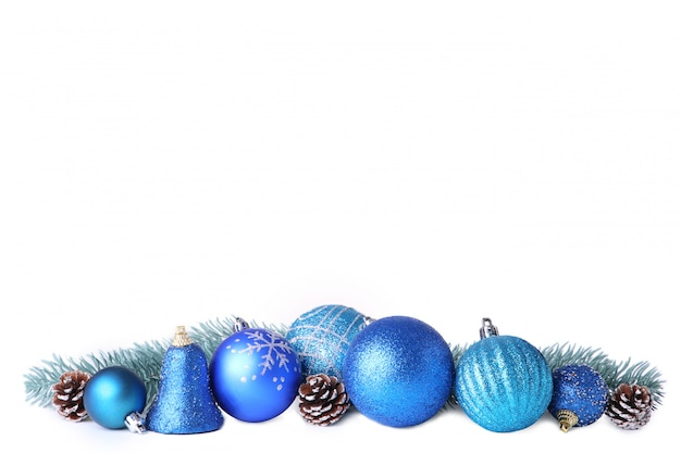 Conjunto de bolas azules de navidad con decoración aislado en blanco