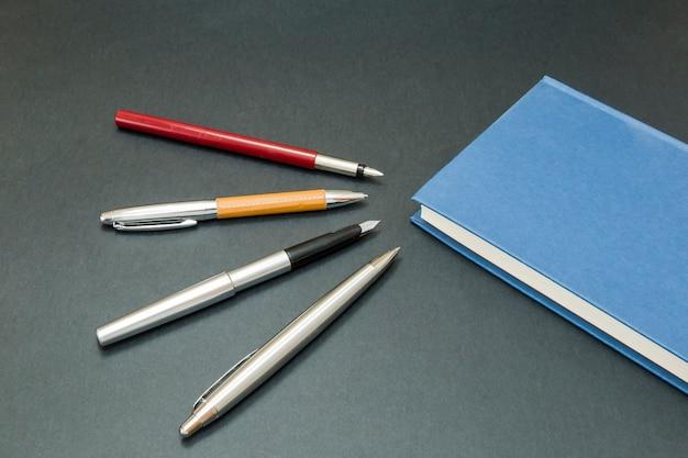 Conjunto de bolígrafos con un libro.