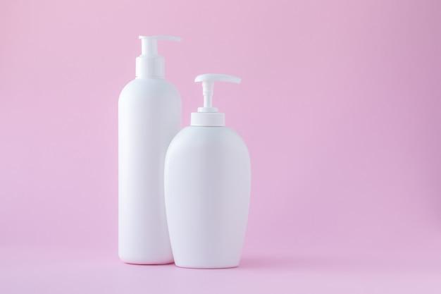 Conjunto de botellas de cosméticos con dispensador. copia espacio, lugar vacío