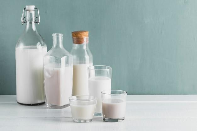 Conjunto de botellas de leche y vasos