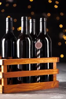 Conjunto de botellas de vino tinto en caja de madera.