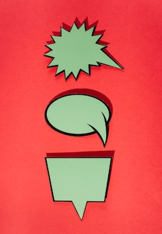 Conjunto de burbujas de discurso cómico verde contra fondo rojo