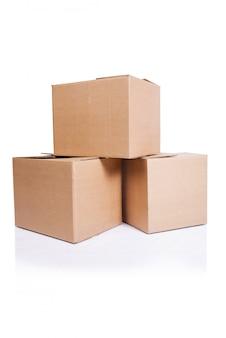 Conjunto de cajas aisladas en blanco