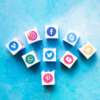 Conjunto de cajas de iconos de redes sociales contra la pared pintada