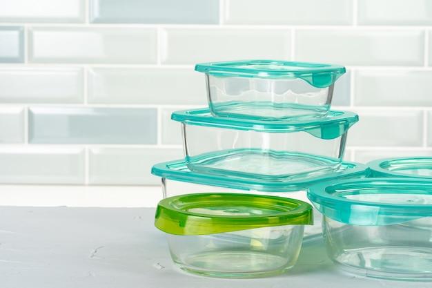 Conjunto de cajas de plástico, utensilios de cocina en el mostrador de la cocina
