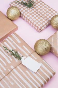 Conjunto de cajas de regalo en envolturas cerca de bolas de navidad
