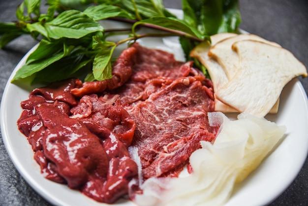 Conjunto de carne, carne de res, rebanada de hígado y champiñones, verduras cocidas o sukiyaki shabu shabu.