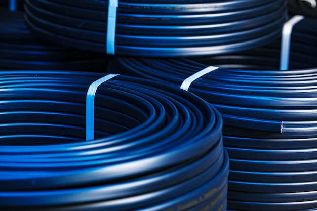 Conjunto de carretes de cable eléctrico negro de cerca en la fábrica.
