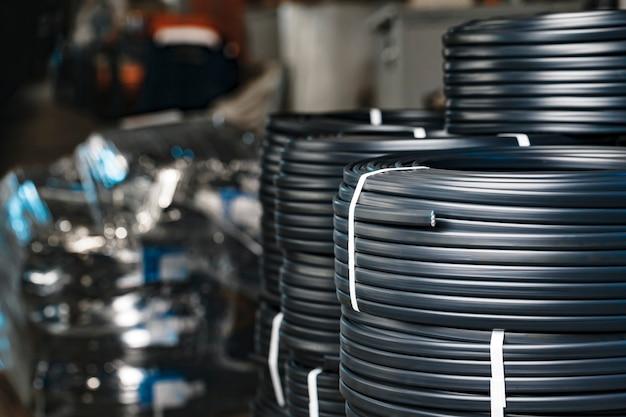 Conjunto de carretes de cable eléctrico negro de cerca