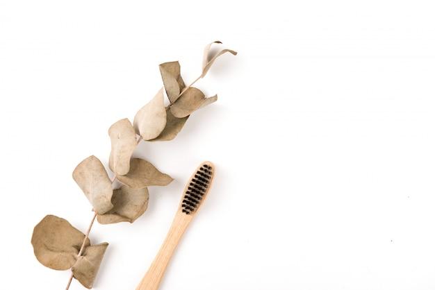 Conjunto de cepillos de dientes en vidrio aislado sobre fondo blanco. bambú ecológico. cero desperdicio