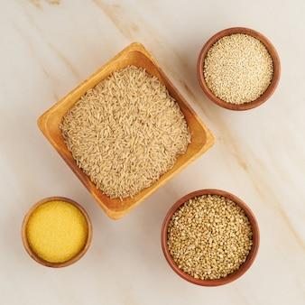 Conjunto de cereales para la dieta fodmap sin gluten, carbohidratos largos, arroz integral, maíz, quinua, trigo sarraceno verde