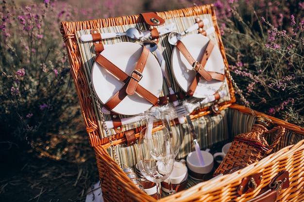 Conjunto de cesta de picnic aislado en un campo de lavanda