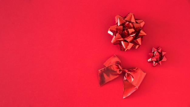 Conjunto de cinta de satén rojo sobre fondo brillante