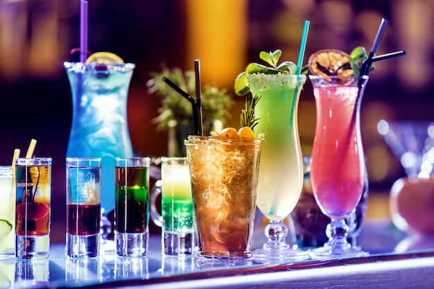Conjunto de cócteles en el bar.