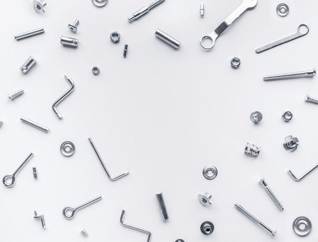Conjunto de colección de herramientas de reparación de la casa, llaves, tornillos, pernos sobre fondo blanco.