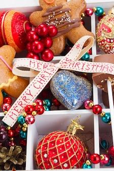 Conjunto de coloridas decoraciones navideñas de cerca