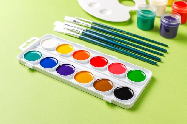 Conjunto de coloridos accesorios para pintar y dibujar.