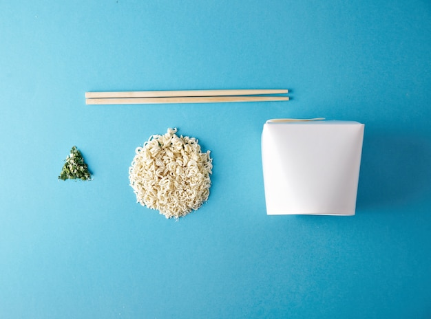 Conjunto comercial de venta al por menor de wok para llevar: caja en blanco