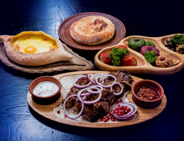 Conjunto de comida de cocina georgiana. restaurante georgiano.