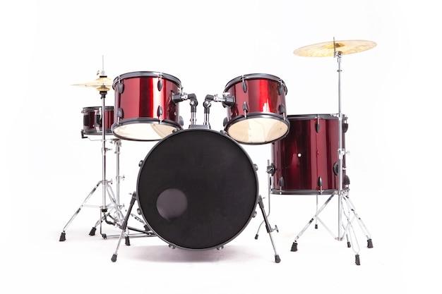 Conjunto completo de tambores rojos en estudio vacío aislado en blanco fundamento