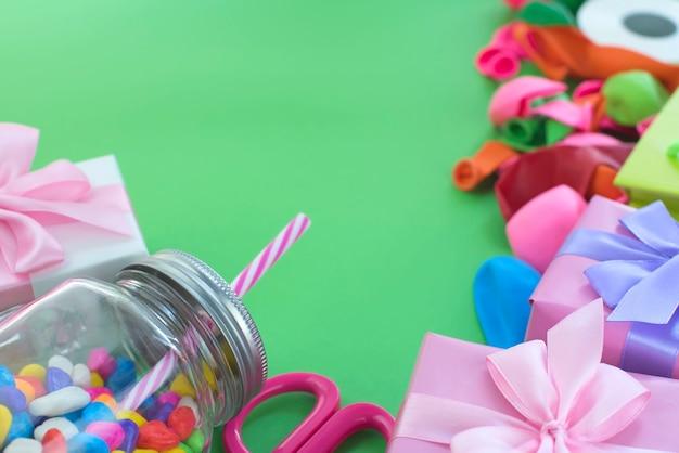 Conjunto de composición festiva de cajas de regalo con bolas dulces materiales cóctel.