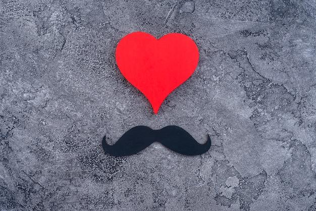 Conjunto de corazón rojo y bigote negro.