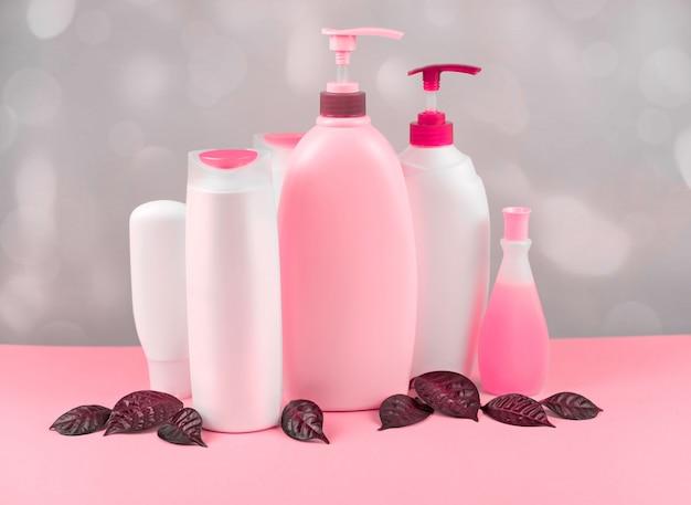 Un conjunto de cosméticos para el cuerpo teñido de color coral.