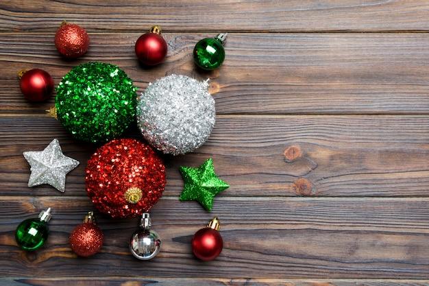 Conjunto creativo de adornos de año nuevo y decoraciones sobre fondo de madera