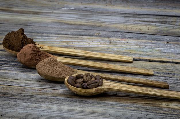 Conjunto de cuchara de madera con café, cacao bellamente arreglado sobre madera