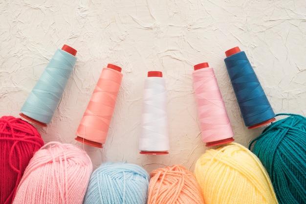 Conjunto de hilos de colores e hilados