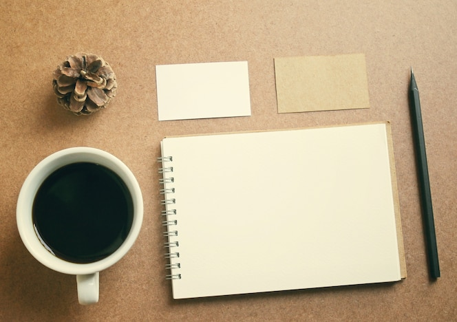Conjunto de identidad empresarial y café con efecto de filtro retro