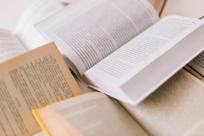 Conjunto de libros abiertos