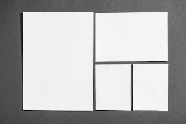 Conjunto de libros blancos en blanco vívidos sobre fondo gris